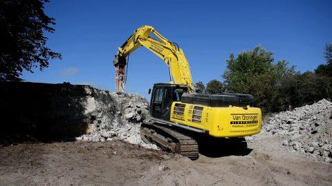 Kobelco SK 500-10 excavator with NPK GH-23 hydraulic hammer - Van Groningen Sloopwerken
